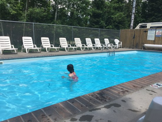 Balsam Bay Resort: Pool and view from cabin
