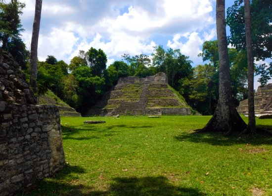 Maya-Ruinen von Caracol: Another plaza at Caracol. Our guide, Bruce, camped out here with people on Dec. 21, 2012.