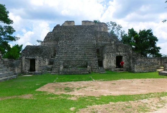 Maya-Ruinen von Caracol: A temple at the plaza on top of Caana. The view from the top is worth the climb up the steps.