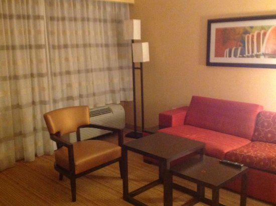 Courtyard by Marriott San Diego Oceanside: Living room