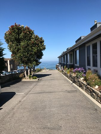 Sand Pebbles Inn : Drive from car park to the sea