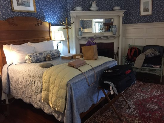 Moseley Cottage Inn and Town Motel: One of the two beds in the room. Note fireplace.