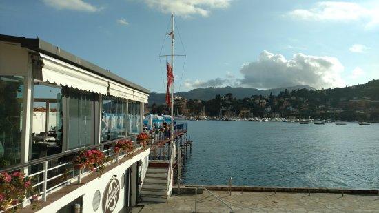 Side view with sea and mountain backdrop foto di bagni ariston