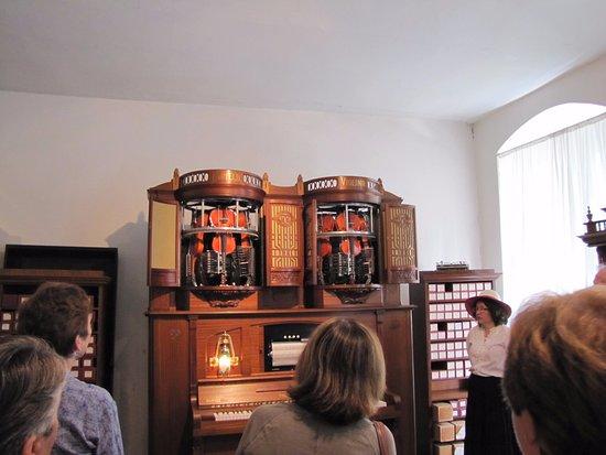 Siegfried's Mechanisches Musikkabinett: Automated violin player