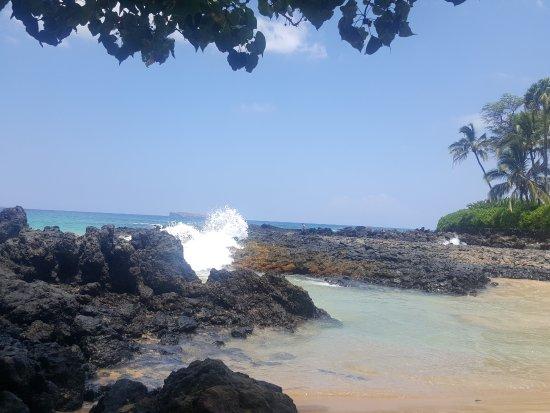Pa'ako Beach (Secret Cove): Waves coming in through the passageway.