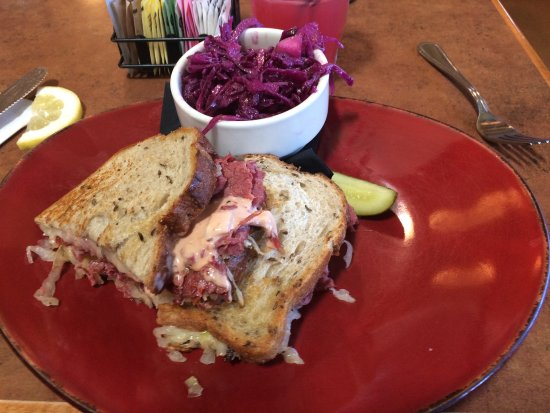 Linn's Fruit Bin Restaurant : Rueben w/ Purple Apple Olliberry Slaw