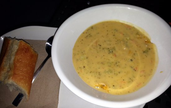 Скоки, Илинойс: a bowl of broccoli cheddar soup with a baguette