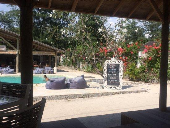 Img 1497348147635 photo de avia villa gili for Chambre public affairs
