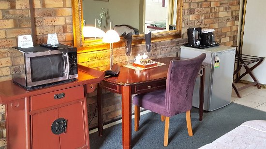 Centre Point Mid City Motor Inn: King Superior desk and facilities