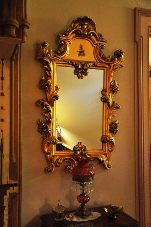 Albion Manor Bed and Breakfast : The ornate mirror
