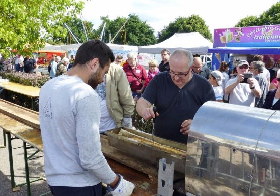 Bourbon-Lancy, France: Le dimanche de Pentecôte : pâté géant du Bord'O