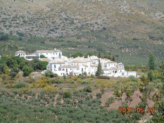Hotel Villa de Priego de Cordoba: Vista general del hotel tomada desde el Jardín Micológico