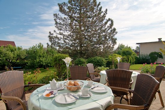 Finkenstein am Faaker See, Austria: Gemütliches Frühstück auf unserer Terrasse servieren wir gerne