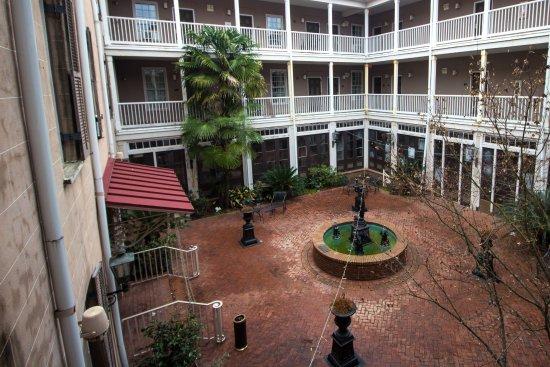 Selma, AL: Courtyard of the hotel