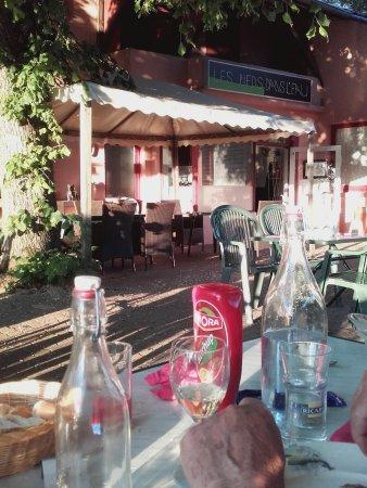 Châtenoy-en-Bresse, France : entres du resraurant