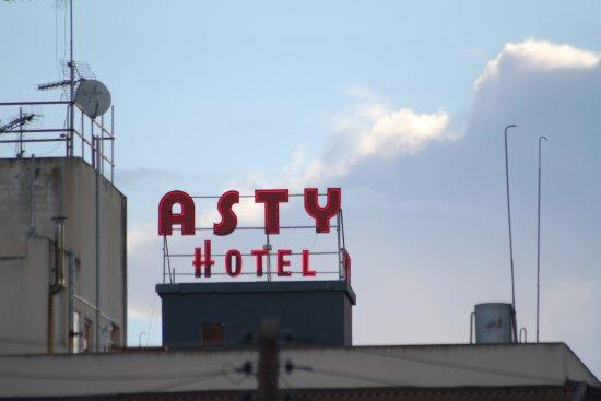 Asty Hotel: l'enseigne se voit de loin