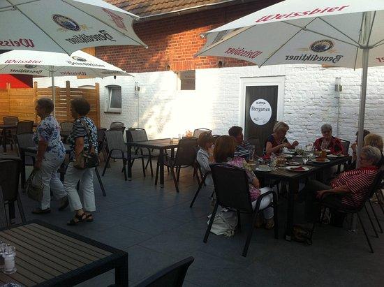Julich, Tyskland: gemütlicher Biergarten mit Fahrrad-Parkmöglichleiten hinter dem Holzzaun