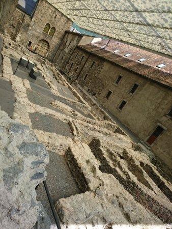 Saint-Maurice, İsviçre: Les ruines des églises abbatiales au fil du temps