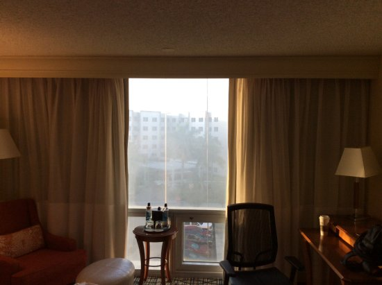 Miami Airport Marriott: Window very dirty