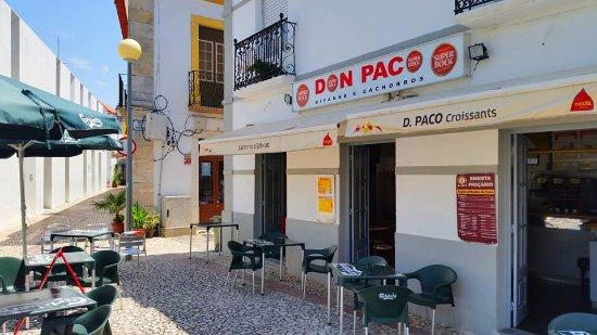 Moura, Portugal: Situada no coração da cidade serve durante todo o dia