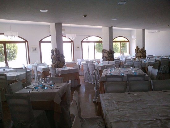 Hotel Marinella: L'une des salles à manger, celle en façade sur la mer