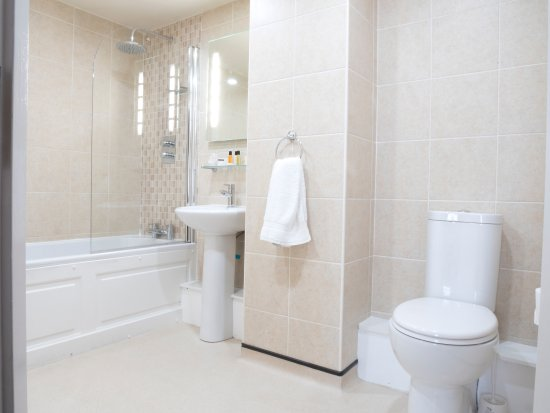 The Waterfront Hotel: Executive bathroom