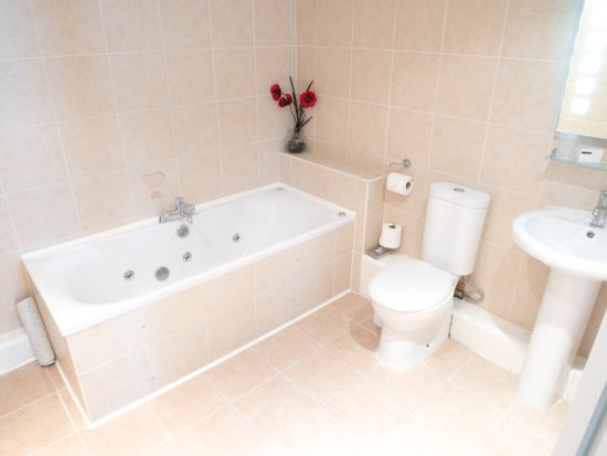 The Waterfront Hotel: Deluxe bathroom with jacuzzi bath