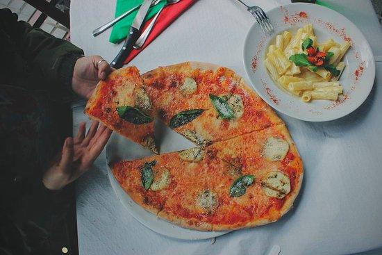 pizza parmigiana o sole mio mesa y l pez foto di