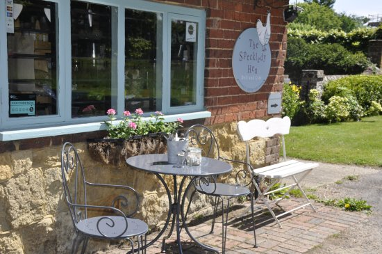The Speckledy Hen: Outside table to enjoy the views over Shamley Green