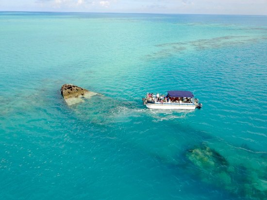 Hamilton, Bermudy: One of our Eco Pontoon Boats visiting the Vixen wreck.