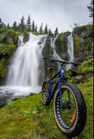 Siglufjordur, Islande : Come with us on our Fatbike tour to discover this secret waterfall!