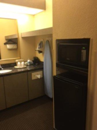Econo Lodge Inn & Suites: Sink, Microwave, Fridge
