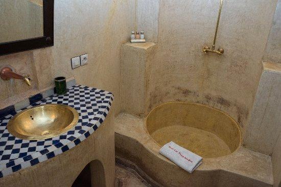 Riad Les Trois Mages: bathroom