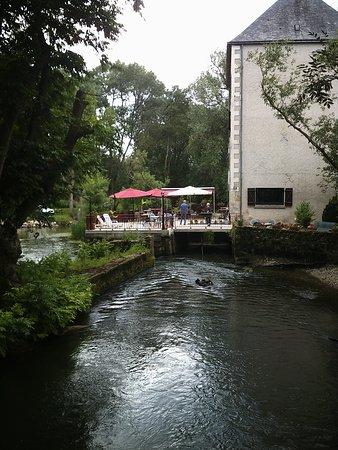 Le Moulin Fleuri : Stromend water, snelweg en spoor v;lakbij.