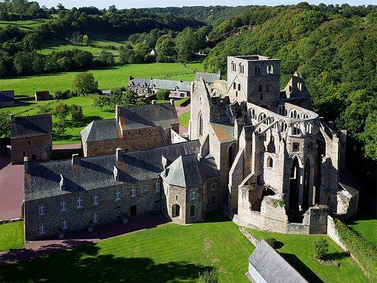 Hambye, Frankrike: Vue aérienne de l'abbaye