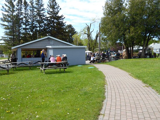 Lion's Head, Kanada: Farmers market next to motel.