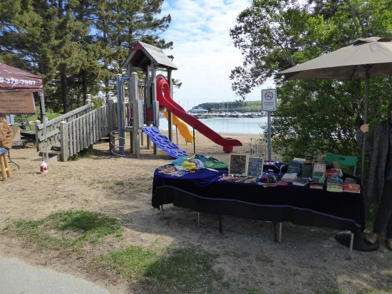 Lion's Head, Kanada: Farmers market and playground.