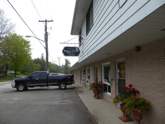 Lion's Head, Kanada: Front side of motel, office entrance.