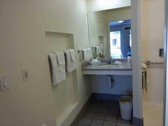 Cottonwood, CA: HANDICAP BATHROOM