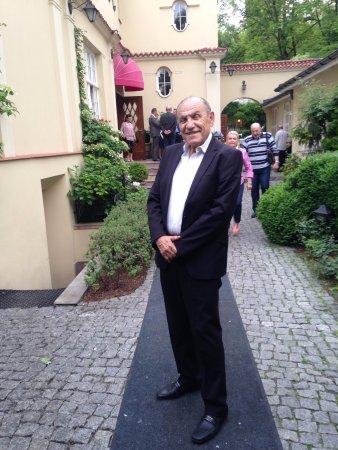 Polska Rozana: יצחק לוי חתן השמחה בכניסה למסעדת רוזנה