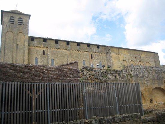 Saint-Avit-Senieur, France: Buitenkant van deze oude kerk