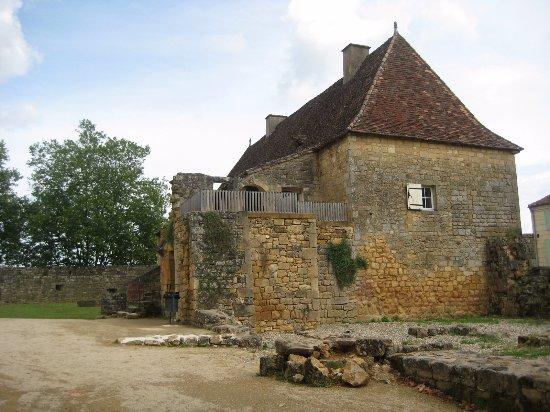 Saint-Avit-Senieur, France: Oud gebouw op het terrein van de kerk.