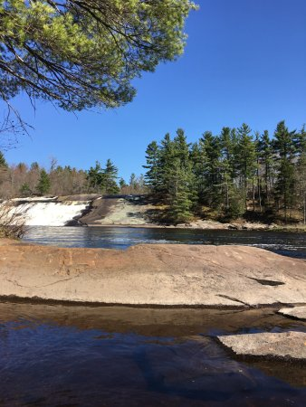 Lawrence, Nova York: Followed the trail around the falls and discovered a small beach