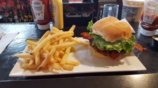 Elkhart Lake, วิสคอนซิน: Us Open Burger with fries