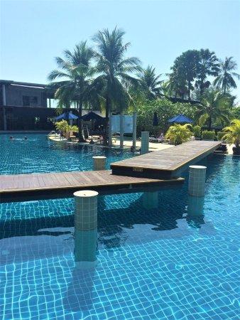 Holiday Inn Resort Krabi Ao Nang Beach: Utsikt från vårt rum med pool-access!