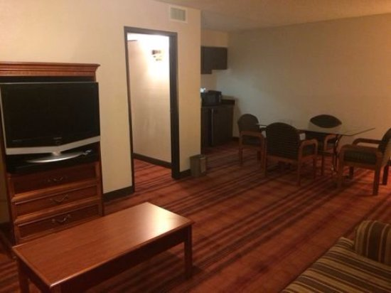 Pine Bluff, AR: PRESIDENTIAL SUITE FRONT ROOM