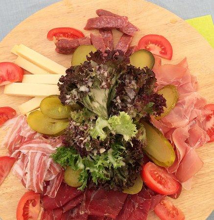 Aeschi, Schweiz: Fleischteller mit Salat