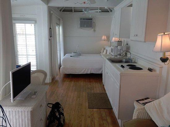 Bungalow Beach Resort: In the room, Bedroom end