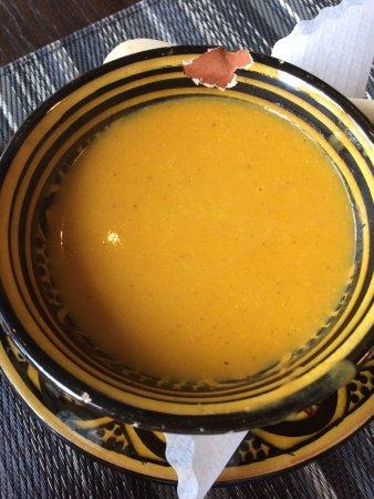 Bobotie: Ingwer-Karotten-Kokos-Suppe in leicht mitgenommener Schale