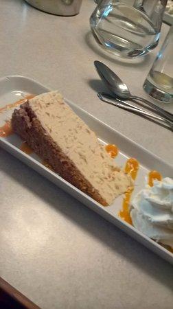 Milnthorpe, UK: Cheesecake with Mango etc